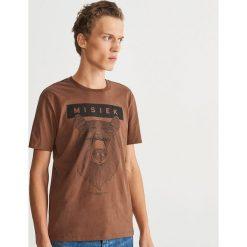 T-shirt z nadrukiem - Fioletowy. Fioletowe t-shirty męskie z nadrukiem Reserved, l. Za 39,99 zł.