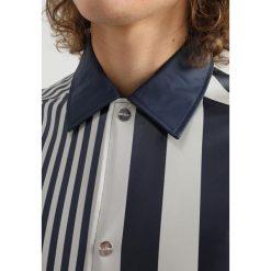 Rains COACH Kurtka przeciwdeszczowa distorted stripes. Czarne kurtki męskie przeciwdeszczowe marki B'TWIN, m, z materiału. Za 459,00 zł.