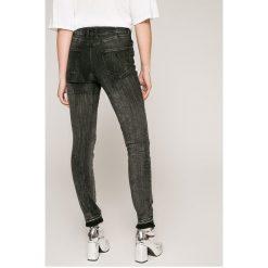 Guess Jeans - Jeansy. Czarne jeansy damskie rurki marki Guess Jeans, z obniżonym stanem. W wyprzedaży za 299,90 zł.