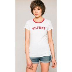 Tommy Hilfiger - Top. Szare topy damskie TOMMY HILFIGER, l, z nadrukiem, z bawełny, z okrągłym kołnierzem. W wyprzedaży za 99,90 zł.