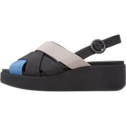 Camper MISIA Sandały na platformie multicolor. Czarne sandały damskie Camper, z materiału, na koturnie. W wyprzedaży za 383,20 zł.