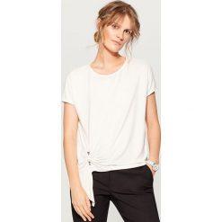 Koszulka z metalową sprzączką - Kremowy. Białe t-shirty damskie marki Mohito, l. W wyprzedaży za 39,99 zł.