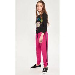 Spodnie dresowe - Różowy. Czerwone spodnie dresowe dziewczęce marki Reserved, z dresówki. W wyprzedaży za 29,99 zł.
