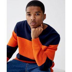 Dzianinowy sweter w szerokie paski z fakturą. Brązowe swetry klasyczne męskie Pull&Bear, m, w paski, z dzianiny. Za 99,90 zł.