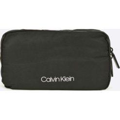 Calvin Klein - Kosmetyczka. Czarne kosmetyczki męskie marki Calvin Klein, z poliesteru, duże. W wyprzedaży za 199,90 zł.