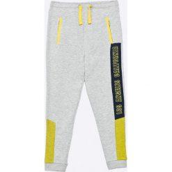 Guess Jeans - Spodnie dziecięce 118-176 cm. Szare jeansy męskie z dziurami marki Guess Jeans, l, z aplikacjami, z bawełny. Za 179,90 zł.