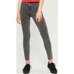 Jeansy skinny high waist - Szary. Czerwone spodnie z wysokim stanem marki Sinsay, l, z nadrukiem. Za 49,99 zł.