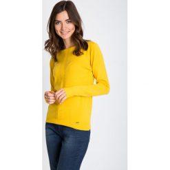 Żółty sweter z ozdobnym panelem QUIOSQUE. Żółte apaszki damskie QUIOSQUE, uniwersalny, ze splotem, z klasycznym kołnierzykiem. W wyprzedaży za 96,00 zł.