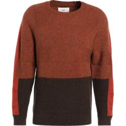 Swetry klasyczne męskie: Folk PANEL TEXTURE CREW Sweter burnt orange mix