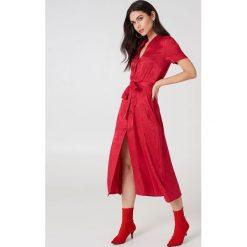 NA-KD Boho Satynowa sukienka w żakardowe kwiaty z wiązaniem - Red. Niebieskie długie sukienki marki NA-KD Boho, na imprezę, w koronkowe wzory, z koronki, boho, na ramiączkach. Za 283,95 zł.