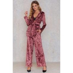 Spodnie z wysokim stanem: NA-KD Trend Rozszerzane spodnie z aksamitu – Pink