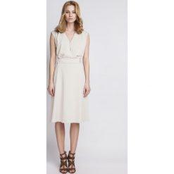 Sukienki: Kopertowa Beżowa Sukienka z Szerokim Dołem