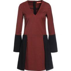 Smarteez Sukienka letnia rusty. Czerwone sukienki letnie marki Smarteez, z elastanu. W wyprzedaży za 741,95 zł.