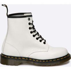 Dr Martens - Botki. Białe buty zimowe damskie Dr. Martens, z materiału, na obcasie, na sznurówki. W wyprzedaży za 539,90 zł.