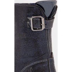Jochie & Freaks Kozaki blue. Niebieskie buty zimowe damskie marki Roxy, z tworzywa sztucznego, na wysokim obcasie. W wyprzedaży za 259,35 zł.