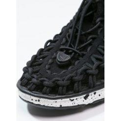 Keen UNEEK O2 Sandały trekkingowe black/white. Czerwone sandały chłopięce marki Keen, z materiału. Za 249,00 zł.