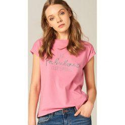 T-shirty damskie: Bawełniana koszulka ze zdobionym napisem – Różowy