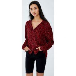 Koszula z długim rękawem w zwierzęcy wzór. Czerwone koszule damskie Pull&Bear, z motywem zwierzęcym, z długim rękawem. Za 69,90 zł.