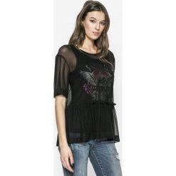 Guess Jeans - Top Fabulux. Czarne topy damskie marki Guess Jeans, m, z nadrukiem, z elastanu, z okrągłym kołnierzem. W wyprzedaży za 229,90 zł.