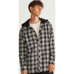 Koszula z kapturem OVERSIZE - Czarny. Czarne koszule męskie Reserved, l, z kapturem. Za 139,99 zł.