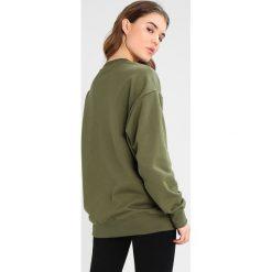 Ivy Park UNISEX BADGE LOGO  Bluza moss. Zielone bluzy męskie Ivy Park, xl, z bawełny. W wyprzedaży za 224,10 zł.