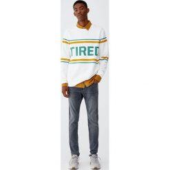Szare jeansy skinny fit z efektem zużycia. Szare jeansy męskie relaxed fit Pull&Bear. Za 109,00 zł.