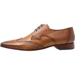 Jeffery West ESCOBAR 3 EYE WINGCAP DERBY Eleganckie buty tan. Brązowe buty wizytowe męskie Jeffery West, z materiału, na sznurówki. Za 719,00 zł.