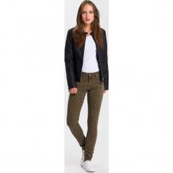 """Dżinsy """"Alan"""" - Skinny fit - w kolorze oliwkowym. Brązowe rurki damskie marki Cross Jeans, z aplikacjami. W wyprzedaży za 127,95 zł."""