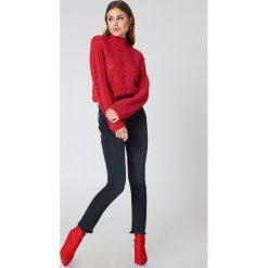 NA-KD Trend Jeansy z surowym wykończeniem brzegów - Grey. Białe jeansy damskie marki NA-KD Trend, z nadrukiem, z jersey, z okrągłym kołnierzem. Za 202,95 zł.