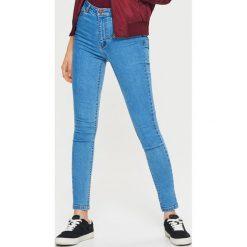 Jeansy HIGH WAIST - Niebieski. Czerwone spodnie z wysokim stanem marki Cropp, l. Za 89,99 zł.
