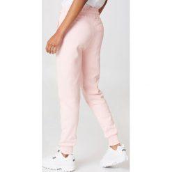 NA-KD Basic Spodnie dresowe basic - Pink. Różowe spodnie z wysokim stanem marki NA-KD Basic, z bawełny. W wyprzedaży za 70,67 zł.