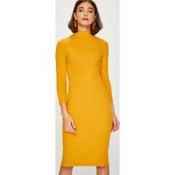 Answear - Sukienka. Pomarańczowe sukienki dzianinowe marki ANSWEAR, na co dzień, l, casualowe, midi, dopasowane. W wyprzedaży za 119,90 zł.