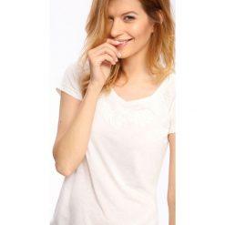 T-SHIRT KRÓTKI RĘKAW DAMSKI GŁADKI. Szare t-shirty damskie marki Top Secret, eleganckie, z chokerem. Za 29,99 zł.