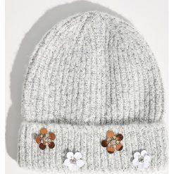 Czapka z kwiatową aplikacją - Jasny szar. Szare czapki zimowe damskie marki Sinsay, z aplikacjami. Za 24,99 zł.