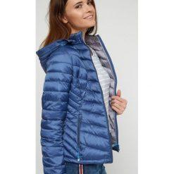 Kurtka młodzieżowa z kontrastową podszewką granatowa. Niebieskia kurtki chłopięce sportowe marki bonprix, z kapturem. Za 69,99 zł.