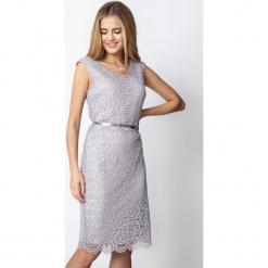 Jasnoszara koronkowa sukienka QUIOSQUE. Szare sukienki balowe marki QUIOSQUE, s, w koronkowe wzory, z koronki, z kopertowym dekoltem, bez rękawów, midi, kopertowe. W wyprzedaży za 119,99 zł.