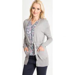 Szary wiązany kardigan z kieszeniami QUIOSQUE. Szare kardigany damskie QUIOSQUE, w kolorowe wzory, z jeansu. W wyprzedaży za 49,99 zł.