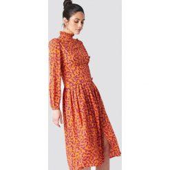 NA-KD Sukienka midi ze stójką i guzikami - Orange. Pomarańczowe sukienki na komunię NA-KD, z dekoltem na plecach, midi, proste. Za 202,95 zł.