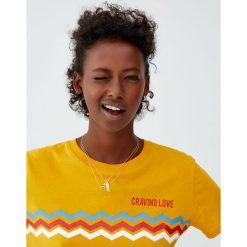 Koszulka z zygzakami i napisem. Brązowe t-shirty damskie Pull&Bear, z napisami. Za 24,90 zł.