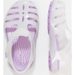 Crocs ISABELLA Sandały kąpielowe white. Białe sandały chłopięce marki Crocs, z gumy. Za 129,00 zł.
