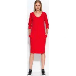 Czerwona Sukienka Dzianinowa Midi z Wsuwanymi Kieszeniami. Czerwone sukienki dzianinowe marki Molly.pl, do pracy, l, biznesowe, dekolt w kształcie v, midi, oversize. Za 87,90 zł.