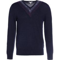 Club Monaco VARSITY  Sweter navy. Niebieskie swetry klasyczne męskie Club Monaco, l, z materiału. W wyprzedaży za 421,85 zł.