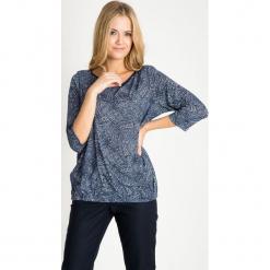 Granatowa bluzka bombka ze wzorem QUIOSQUE. Białe bluzki asymetryczne QUIOSQUE, w geometryczne wzory, z jeansu, eleganckie, z długim rękawem. W wyprzedaży za 59,99 zł.