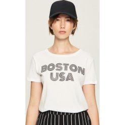 Bawełniany t-shirt z nadrukiem - Biały. Białe t-shirty damskie Sinsay, l, z nadrukiem, z bawełny. Za 24,99 zł.