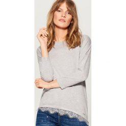 Sweter z koronkowym wykończeniem - Szary. Szare swetry klasyczne damskie marki Mohito, l, z koronki. Za 69,99 zł.