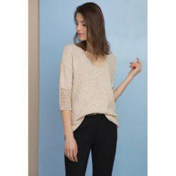 Swetry klasyczne damskie: Ażurowy sweter w serek