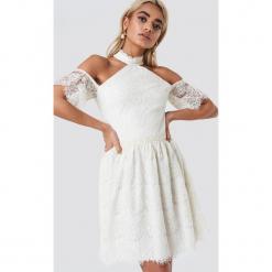 Trendyol Koronkowa sukienka z wycięciami na ramionach - Offwhite. Szare sukienki koronkowe marki Trendyol, na co dzień, casualowe, midi, dopasowane. Za 262,95 zł.