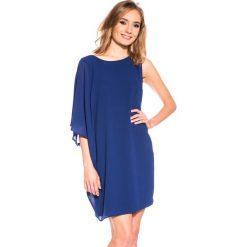 Asymetryczna granatowa sukienka z szerokimi rękawami BIALCON. Niebieskie sukienki asymetryczne marki BIALCON, wizytowe, z asymetrycznym kołnierzem. W wyprzedaży za 105,00 zł.