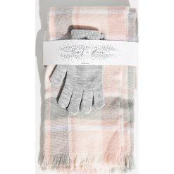 Zestaw szalik i rękawiczki - Różowy. Czerwone rękawiczki damskie marki Sinsay. Za 39,99 zł.