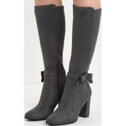 Ciemnoszare Kozaki No Witness. Czarne buty zimowe damskie marki Born2be, z materiału, z okrągłym noskiem, na wysokim obcasie, na słupku. Za 74,99 zł.